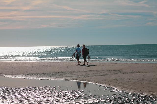 Strandspaziergang an der Brandung als Thalassotherapie