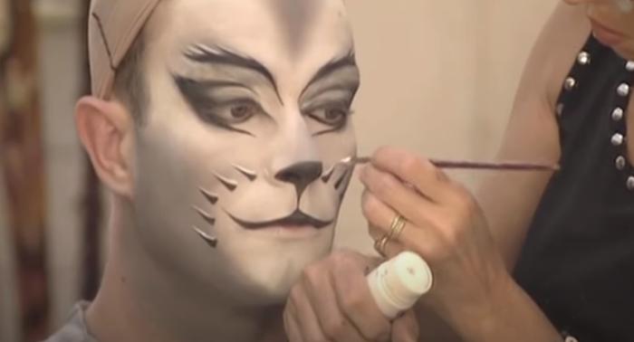 Cat Make-up: Männlicher Darsteller beim Schminken