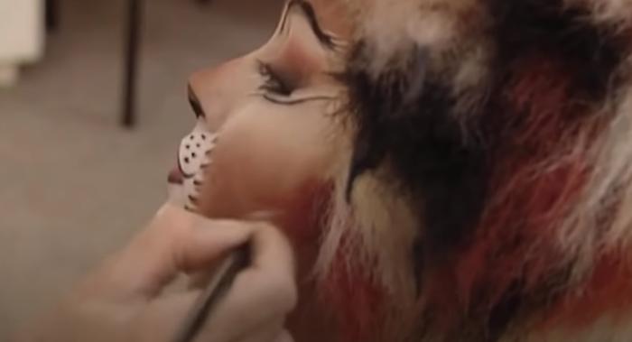 Cats-Make-up: Zeichnen der Schnurrhaare in Braun- und Rottönen.